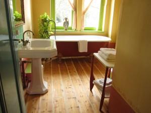 Bed and Breakfast Maastricht met antiek ligbad in sfeervolle badkamer